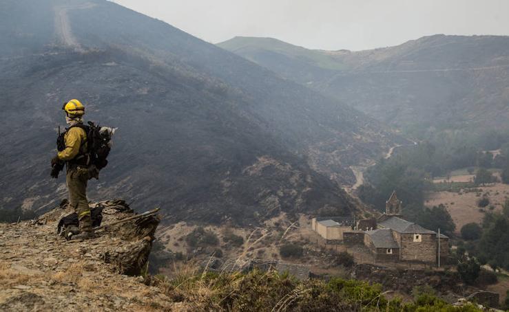 Las labores de extinción del fuego de La Cabrera