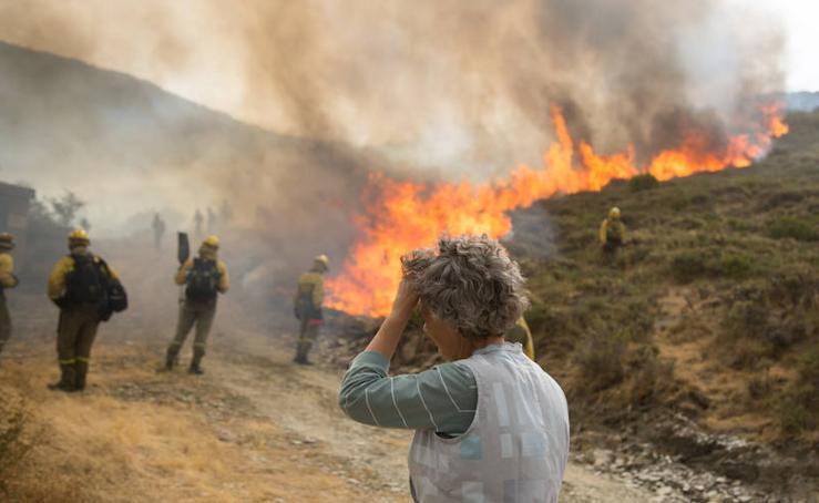Los vecinos de Santa Eulalia, desolados ante el fuego de La Cabrera