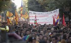Desconcierto entre los cientos de estudiantes que marchan por Barcelona para pedir la república