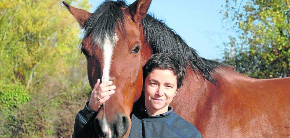 «La terapia con caballos reproduce en la cadera del usuario el deambular humano»