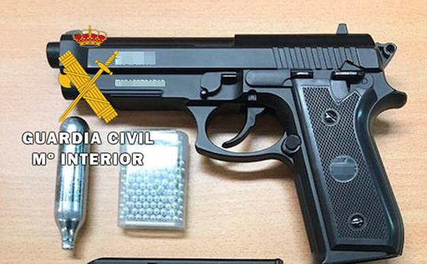 La Guardia Civil ha intervenido la pistola/BC