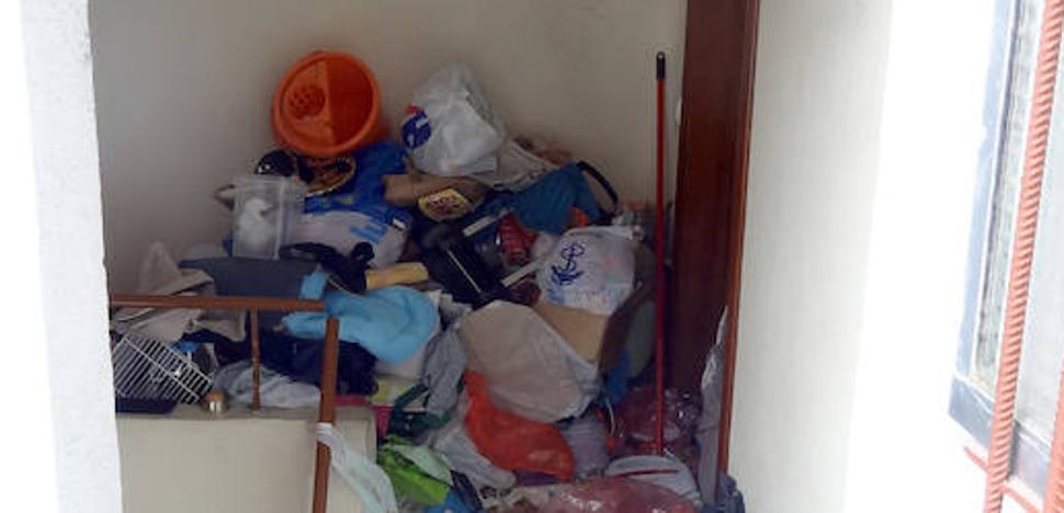 Acumuló tanta basura que bloqueó la puerta de su piso y la de un vecino