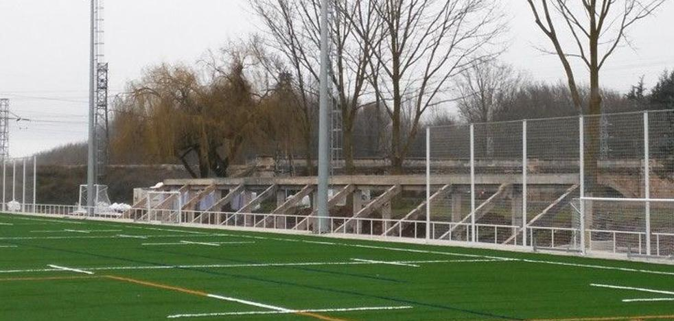 Seis meses para construir la grada del campo de rugby de San Amaro