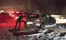 Cientos de conductores han pasado la noche atrapados en sus coches en la AP-6