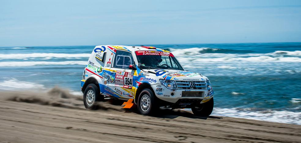 Cristina Gutiérrez acumula horas de conducción sin descanso, desafiando al Dakar más duro