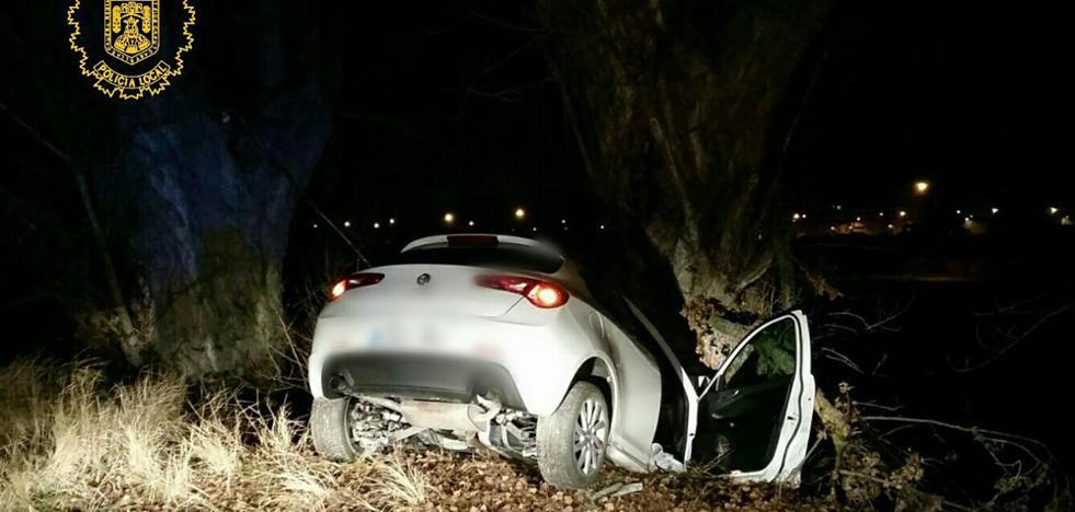 Da positivo tras empotrar su coche contra un árbol
