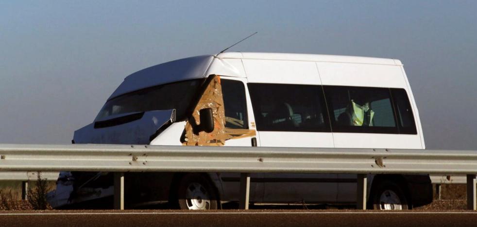 Un fallecido y siete heridos en la colisión de un camión y una furgoneta