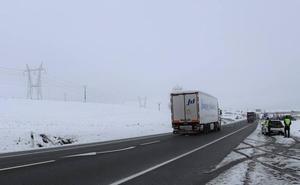 La nieve obliga a restringir la circulación de camiones en la A-1, entre Villalmanzo y Aranda