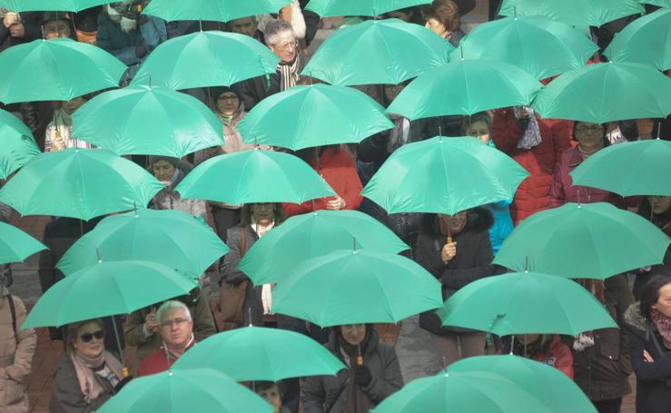La AECC visualiza su labor con un punto de geolocalización bajo paraguas verdes en Valladolid