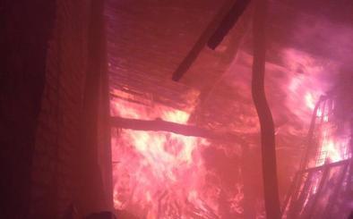 Dos bomberos heridos y dos casas calcinadas en un incendio en pueblo de Ávila
