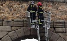 Los bomberos inspeccionan el Acueducto al desprenderse una pequeña piedra
