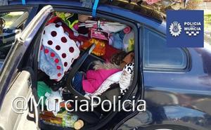 Hallan una niña atrapada entre los bártulos de un coche interceptado por sobrecarga
