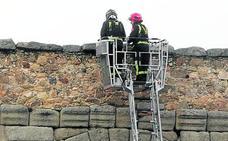 Los técnicos revisarán el muro superior del Acueducto tras la caída de una piedra de mortero