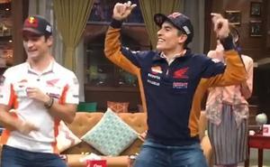 Marc Márquez y Dani Pedrosa se marcan un divertido baile en la televisión de Indonesia