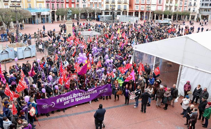 Concentración de cientos de personas en la Plaza Mayor con motivo del Día de la Mujer