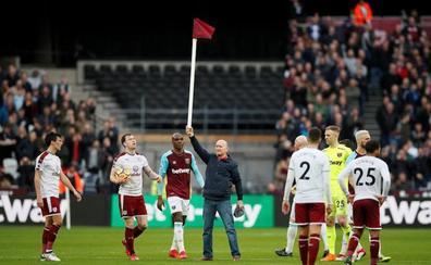Aficionados del West Ham saltan al campo a pegar a sus jugadores