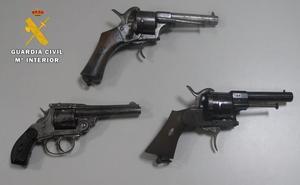 Sorprendido transportando tres puntas de lanza celtíberas y tres revólveres sin licencia