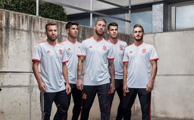 España presenta su segunda equipación para el Mundial  cf6847c555b2e