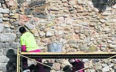 El riesgo de desprendimientos obliga a intervenir de urgencia en la muralla