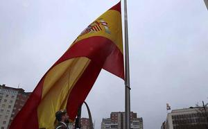 Burgos homenajea a la bandera nacional bajo una fina lluvia