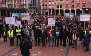 300 pensionistas toman la Plaza Mayor para exigir justicia social