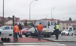 Choque entre un coche y un camión sin causar heridos
