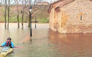 El embalse de Linares, al 99%, inunda la ermita de Maderuelo