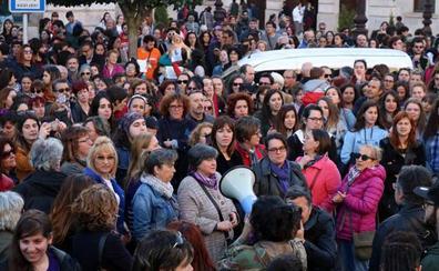 Medio millar de voces gritan contra la sentencia de 'La Manada' en Burgos