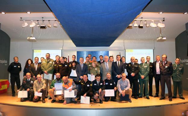 Los vigilantes homenajeados, junto a las autoridades y miembros de las Fuerzas de Seguridad del Estado/RODRIGO GONZ�LEZ ORTEGA