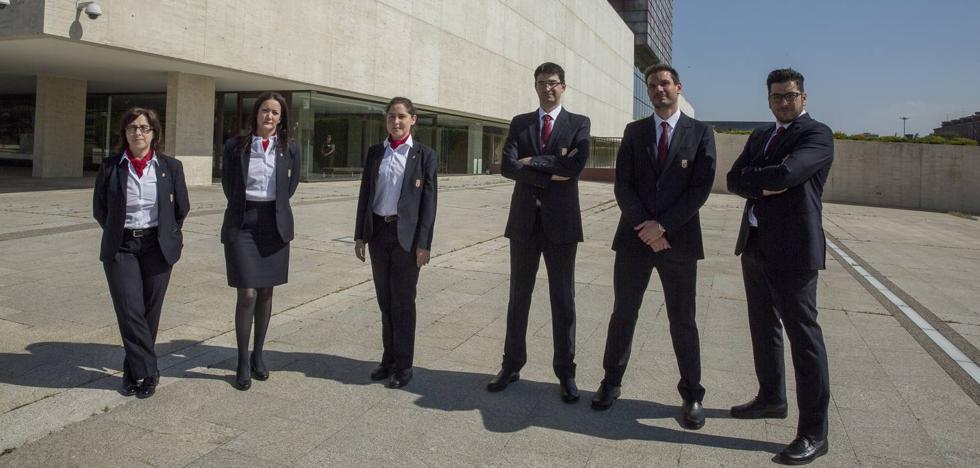 Los seis nuevos ujieres de las Cortes entran en periodo de prácticas