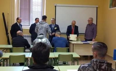 El Subdelegado del Gobierno entrega los diplomas de formación a catorce internos