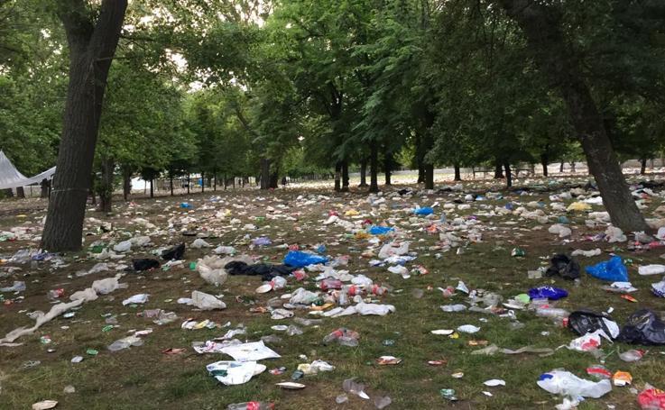 La basura inunda El Parral tras la celebración del Curpillos