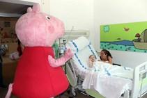 Peppa Pig visita a los niños ingresados en el HUBU