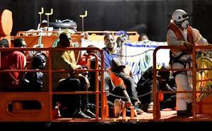 Rescatan a 57 personas, entre ellas 14 mujeres, de una patera en Alborán