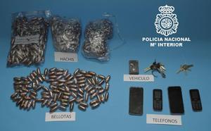 La Policía detiene a dos hombres que fueron sorprendidos con más de 4 kilos de hachís