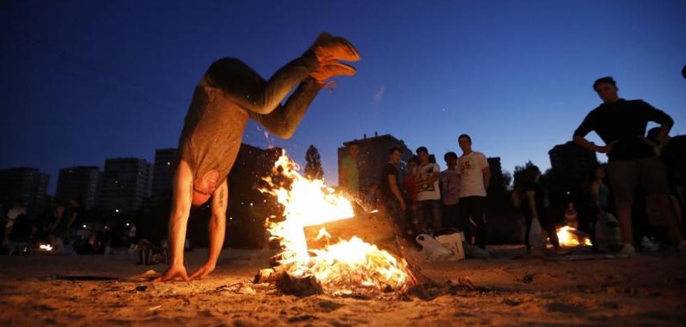 Miles de personas toman Las Moreras en una multitudinaria noche de San Juan de Valladolid
