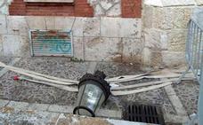La caída de una farola sorprende en Las Llanas, aunque se salda sin heridos