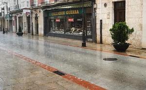 La capital seguirá toda la tarde en alerta amarilla por lluvia y tormentas