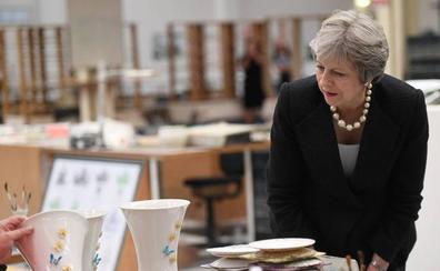 May defiende en Belfast los beneficios de su plan europeo