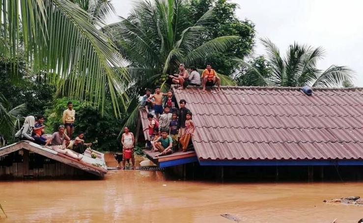 Cientos de desaparecidos tras derrumbarse una presa en Laos