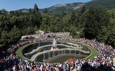 Cerca de 5.000 personas contemplan los juegos de agua en el Palacio Real de La Granja