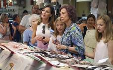 Las reinas Letizia y Sofía, de compras en el mercado