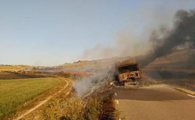 El accidente de un camión de paja causa un incendio en Castellanos de Castro