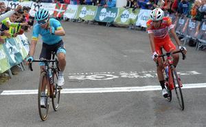 Miguel Ángel López se lleva el duelo colombiano y el maillot morado en el Picón Blanco