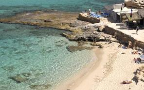 Muere en Ibiza un joven británico al lanzarse al mar y chocar contra las rocas