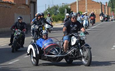 La nostalgia por las motos clásicas reúne a decenas de moteros en Castrillo de la Vega