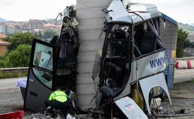 Cinco muertos tras impactar un autobús contra el pilar de un puente