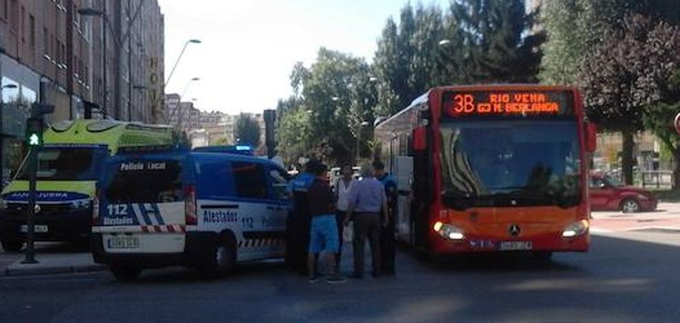 El frenazo de un autobús para evitar una colisión se salda con cuatro pasajeros heridos