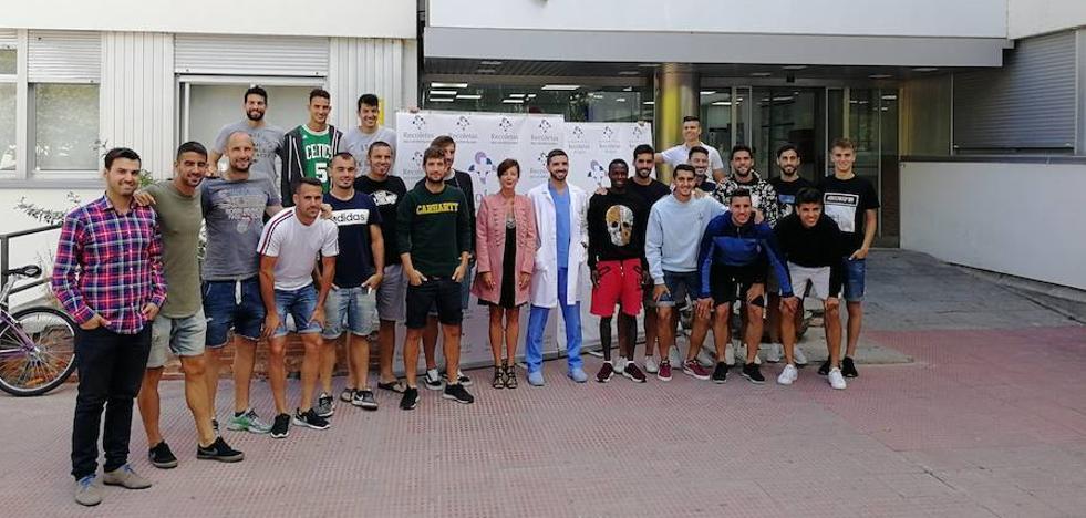 La plantilla de Burgos CF visita el Hospital Recoletas