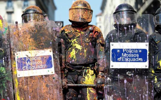 (SELECCIÓN VÍDEOS) MOSSOS: HUMILLADOS, DESMORALIZADOS, APORREADOS POLITIZADOS Y UTILIZADOS … ¡PARA QUÉ LOS QUEREMOS! Policia-barcelona-ksm-U601076206402obF-624x385@RC